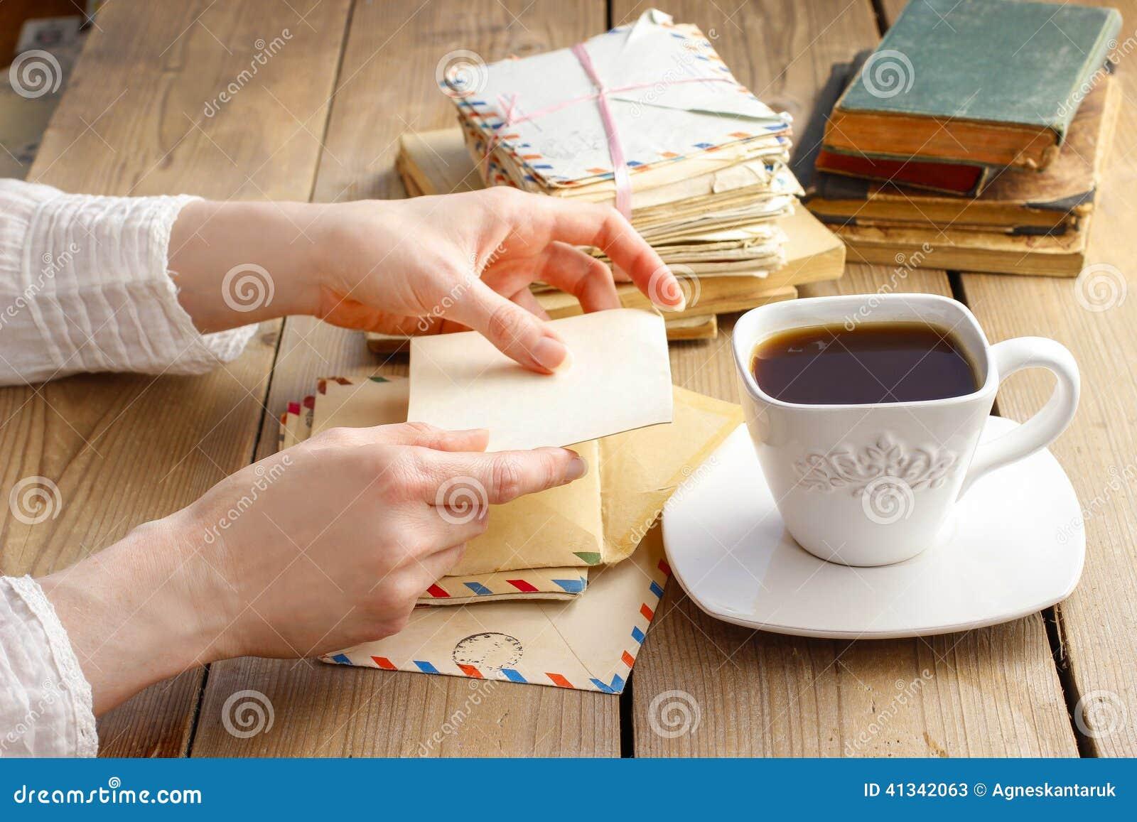 tasse kaffee und buchstaben von der vergangenheit stockbild - bild