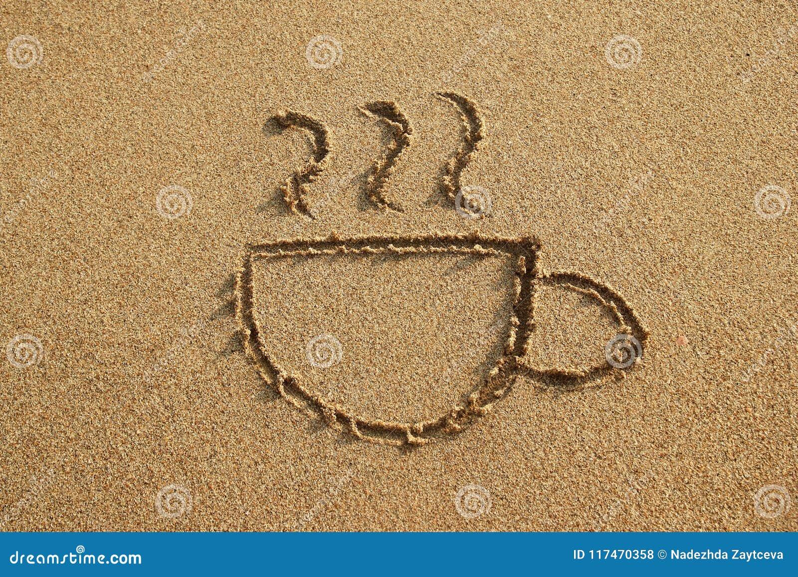 Tasse Kaffee wird auf einen Sandstrand auf einem Sonnenuntergang gezeichnet