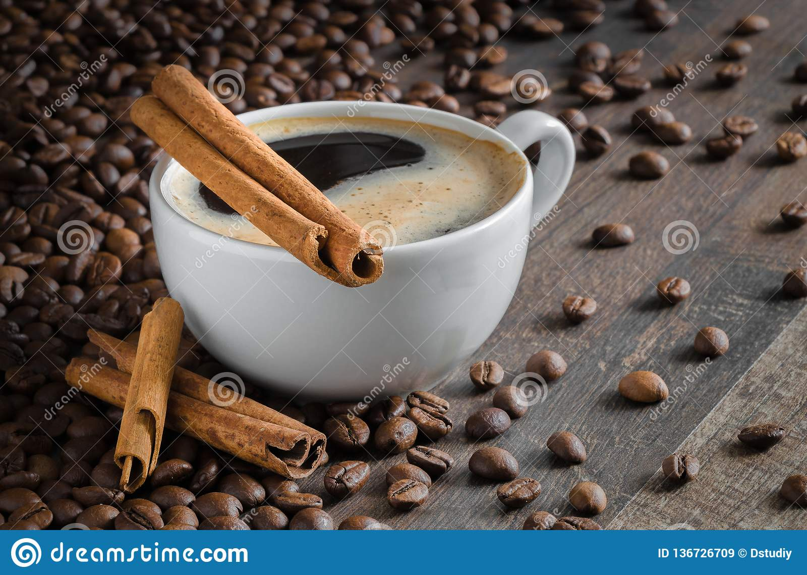 Tasse Kaffee, Zimtstangen, Kaffeebohnen