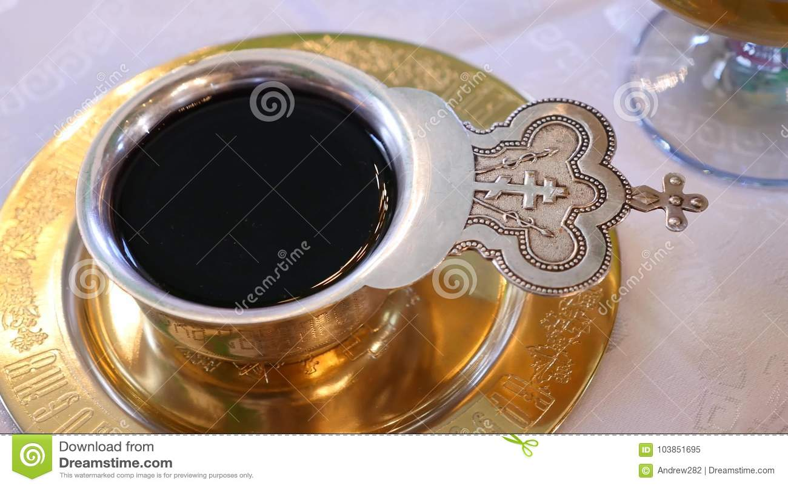 Tasse remplie du vin pour épouser Divers accessoires pour le mariage dans l église en Ukraine