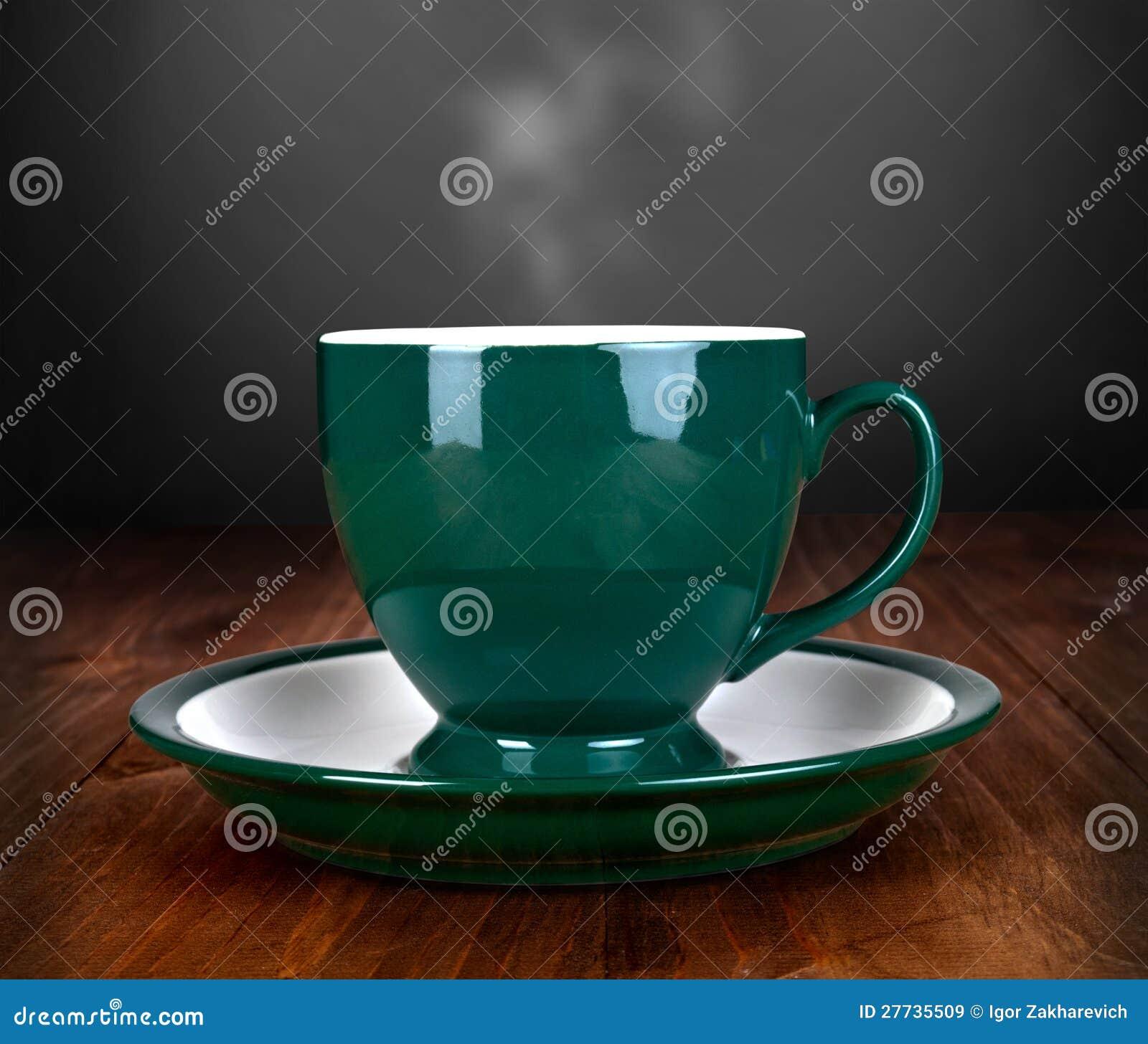 Tasse Tee auf hölzerner Tabelle
