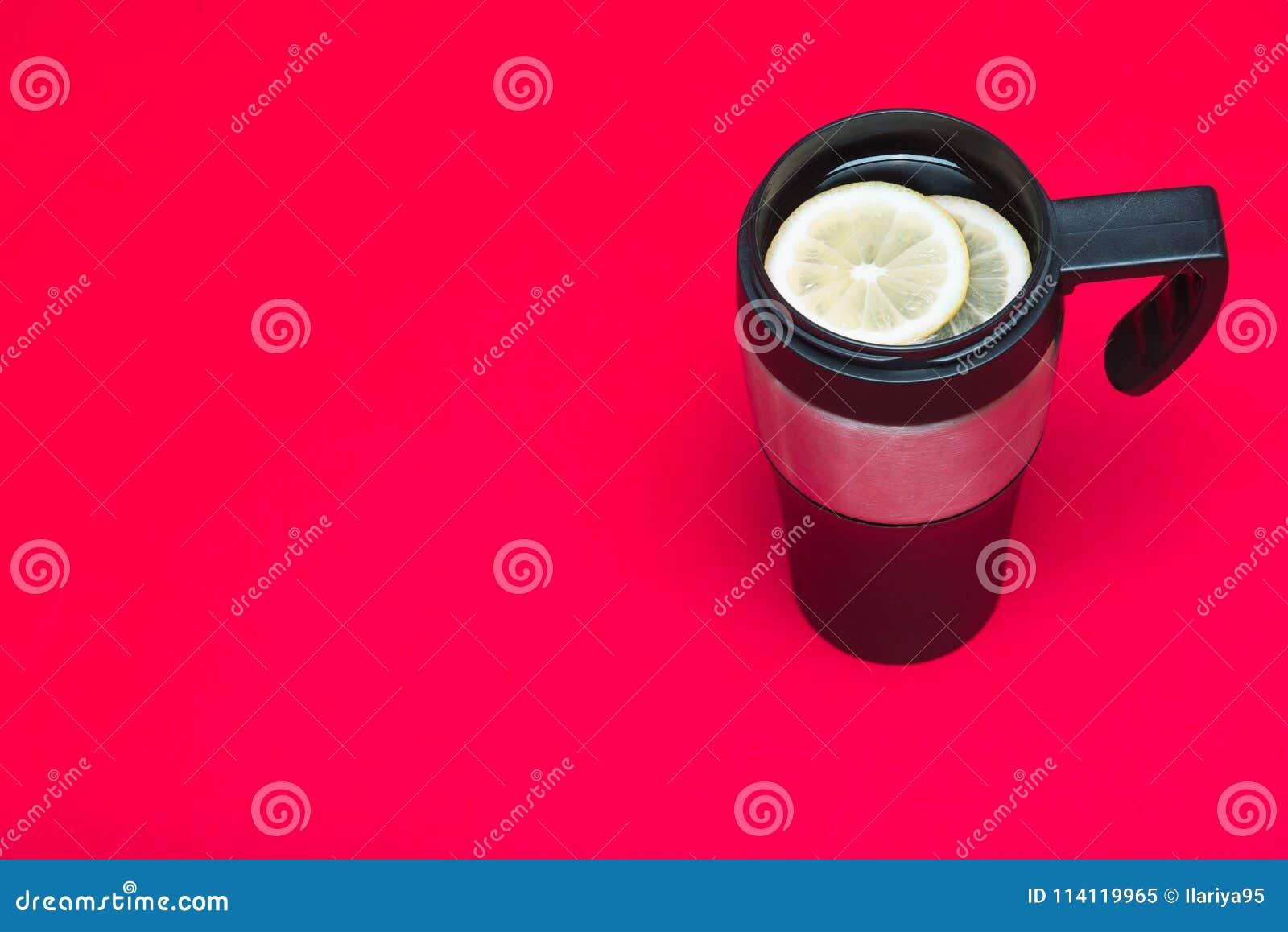 Tasse thermo avec le thé