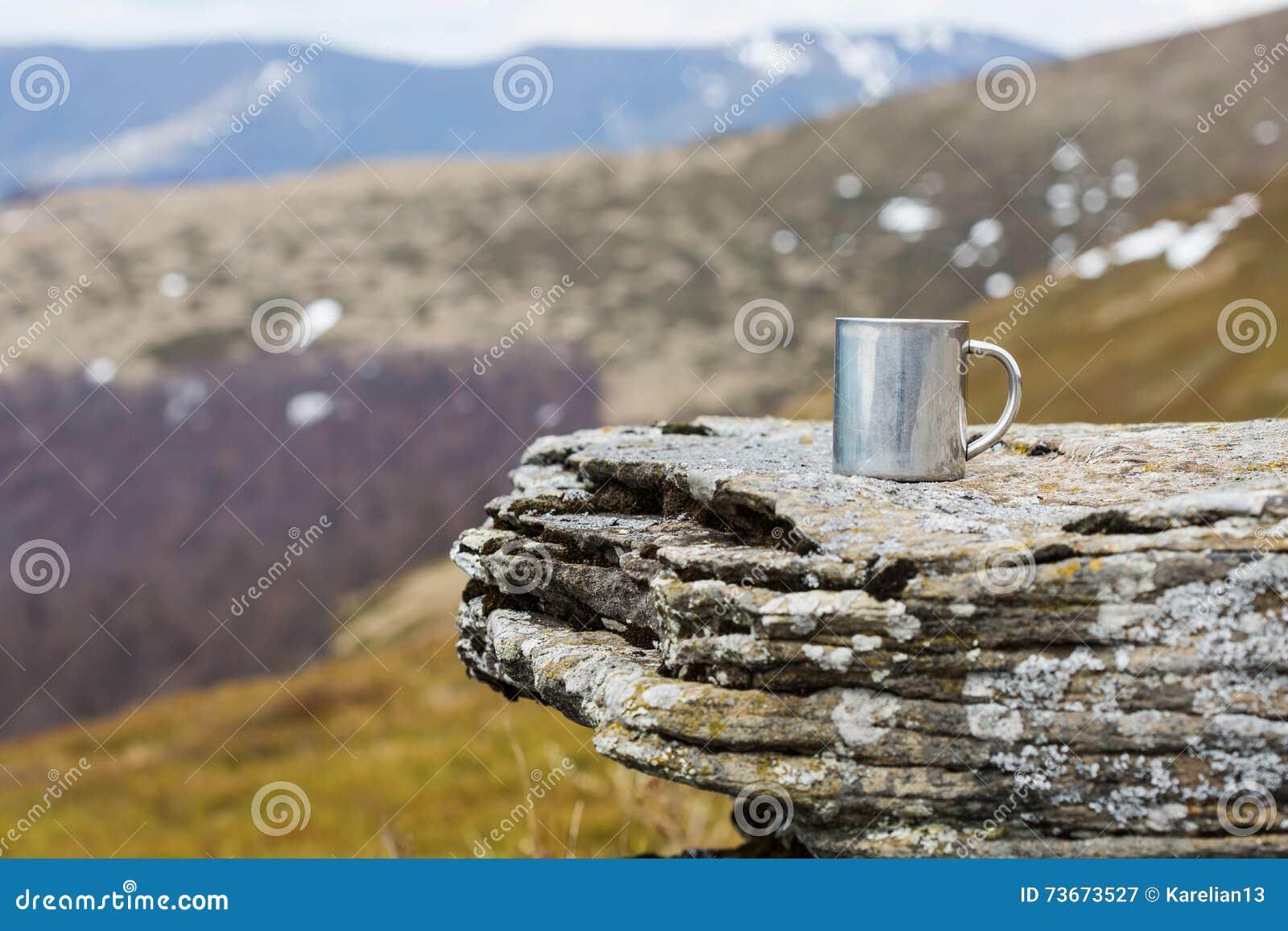 Tasse thermo d acier inoxydable sur une pierre plate dans des montagnes de tne