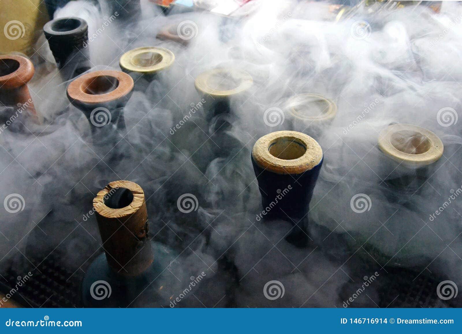 Tasses de narguil? avec de la fum?e