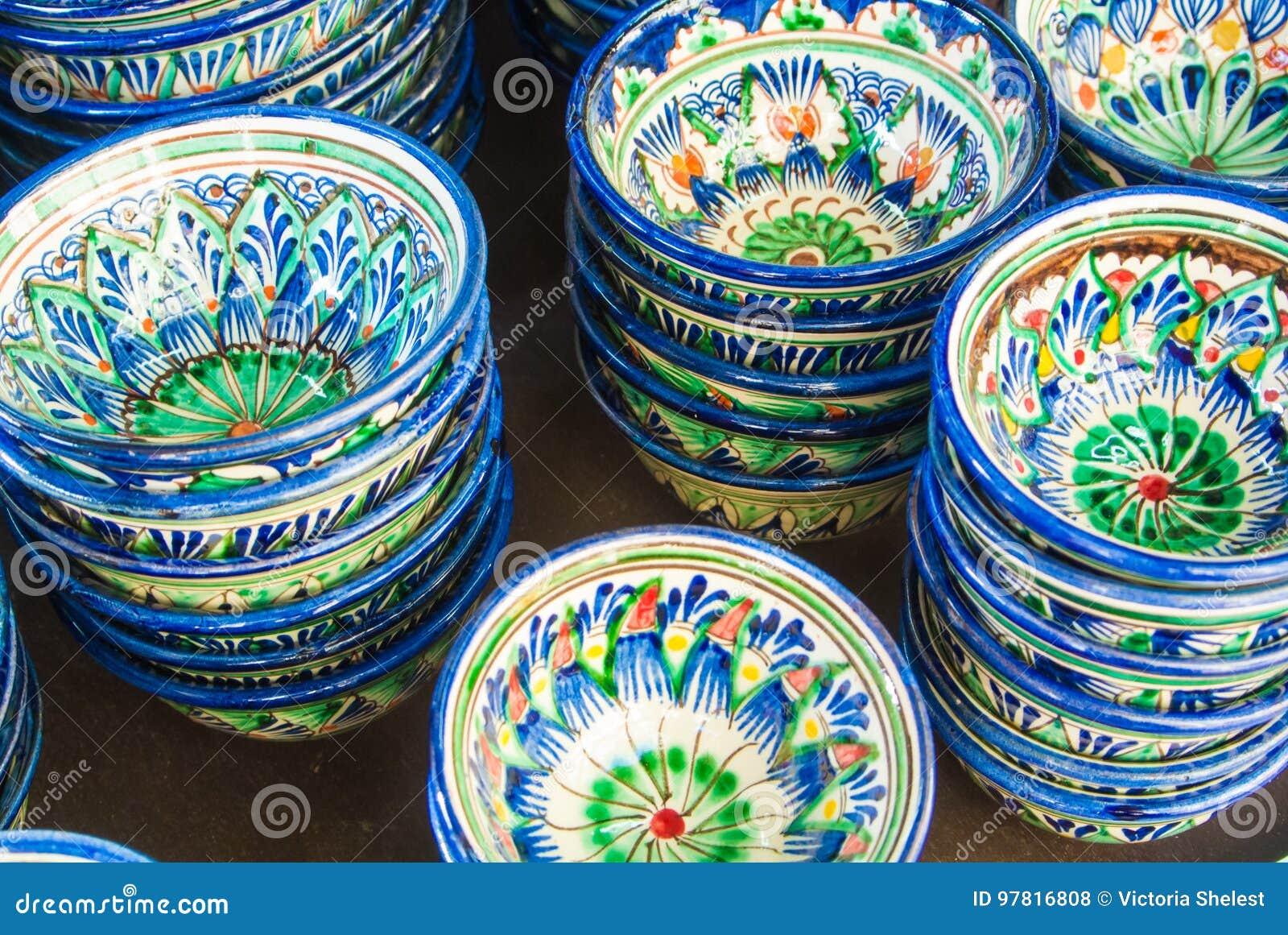 Tasses en céramique décoratives avec bleu et vert traditionnels près d Eas