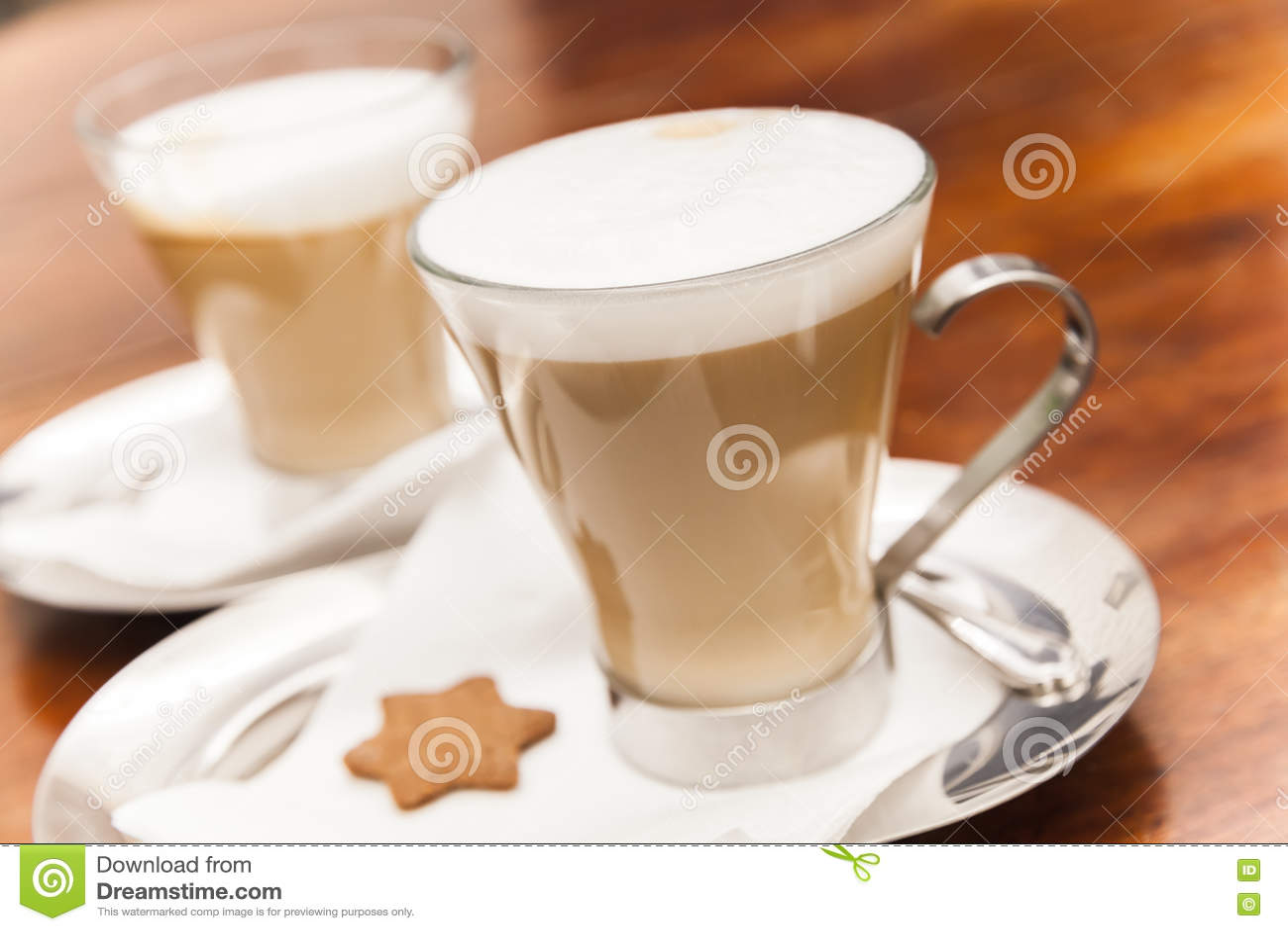 Tasses en verre complètement de café de cappuccino
