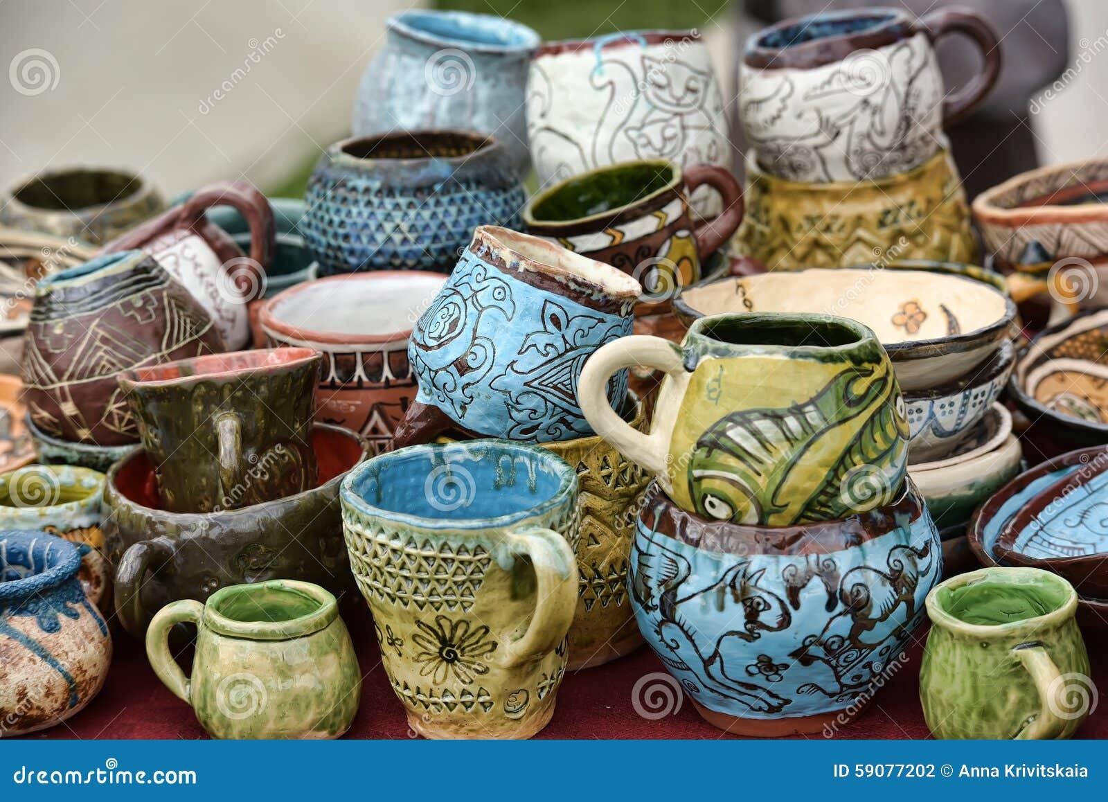 Tasses et cuvettes en céramique avec les dessins drôles