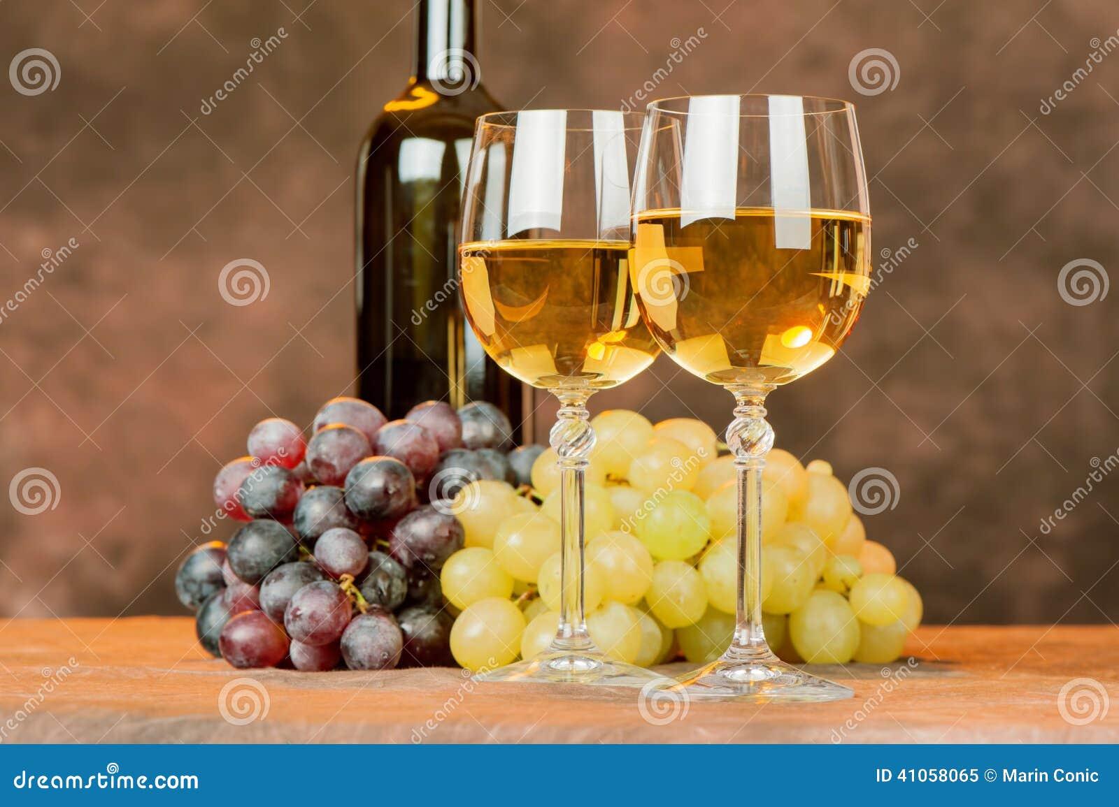 Tasses et raisin de vin