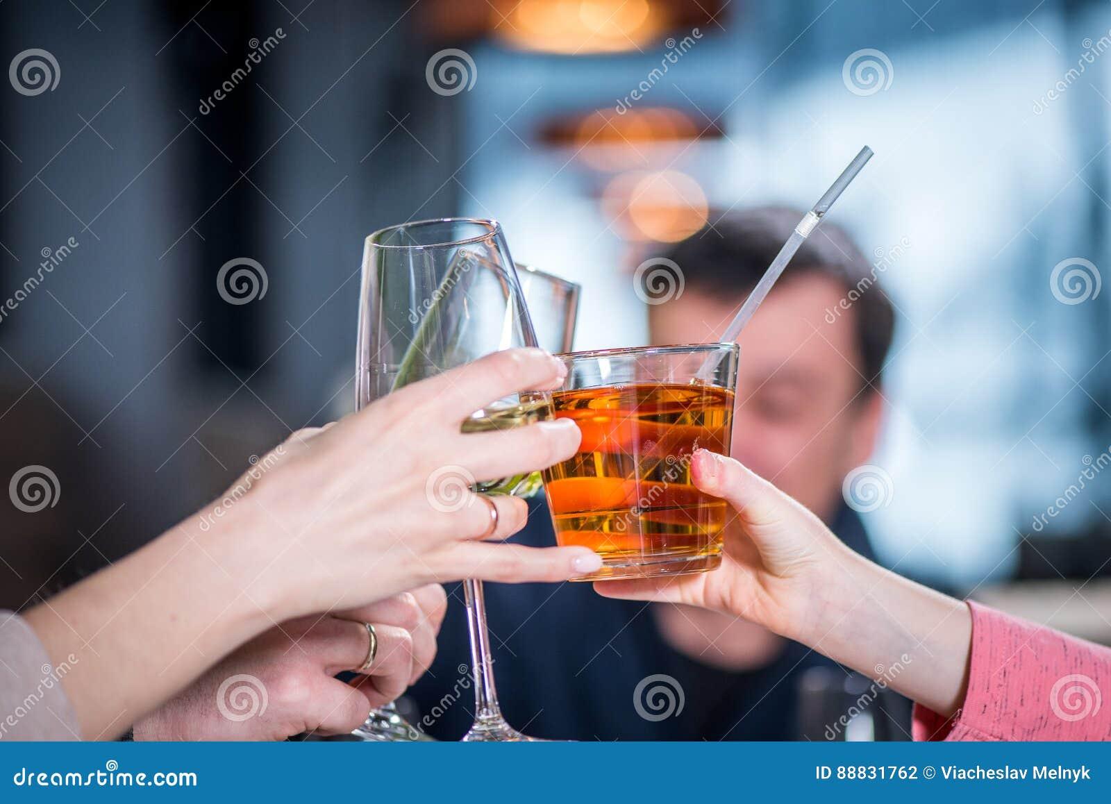 Tast van de glazen van het mensengerinkel