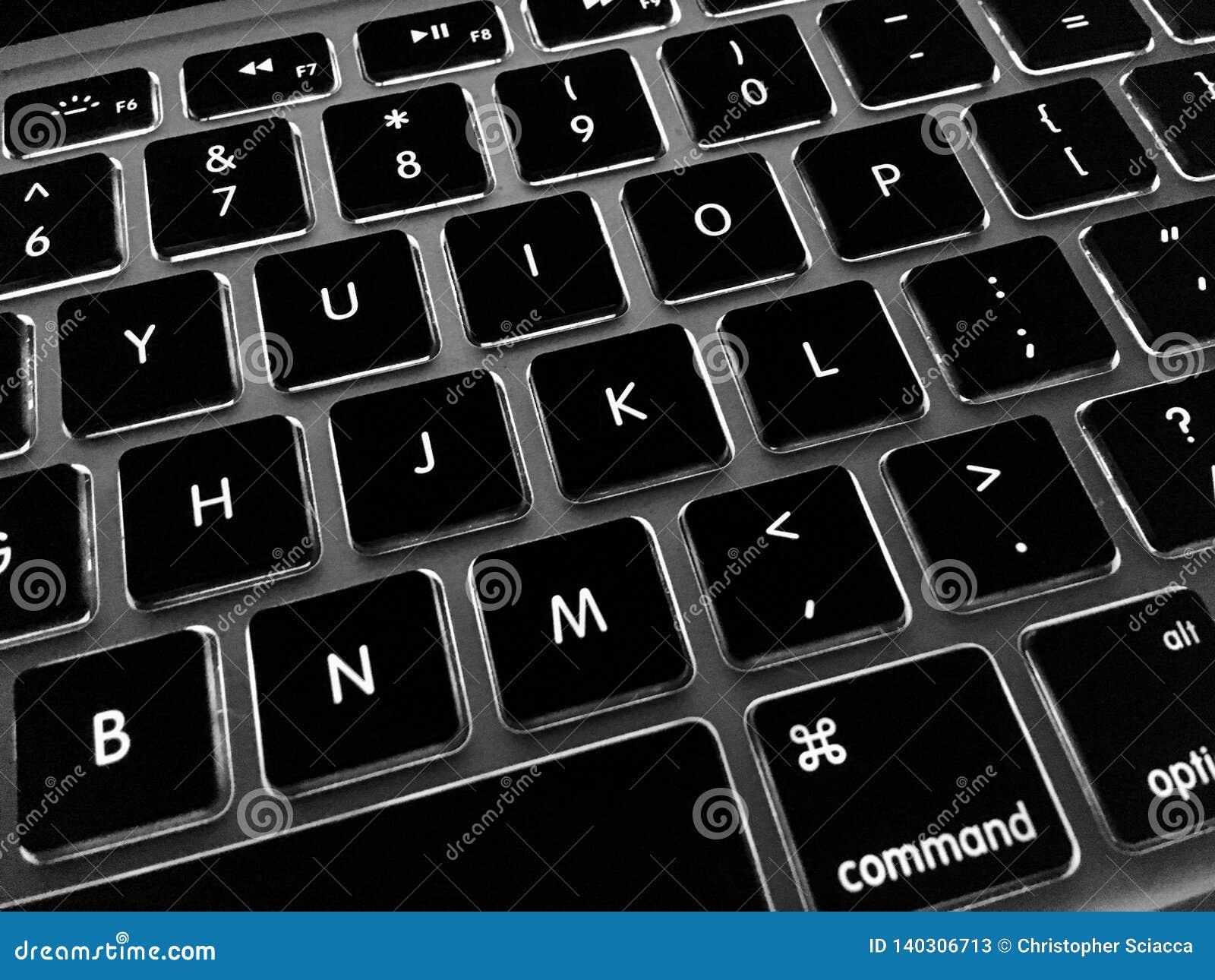 Tastiera del computer portatile che utitlixing le chiavi retroilluminate