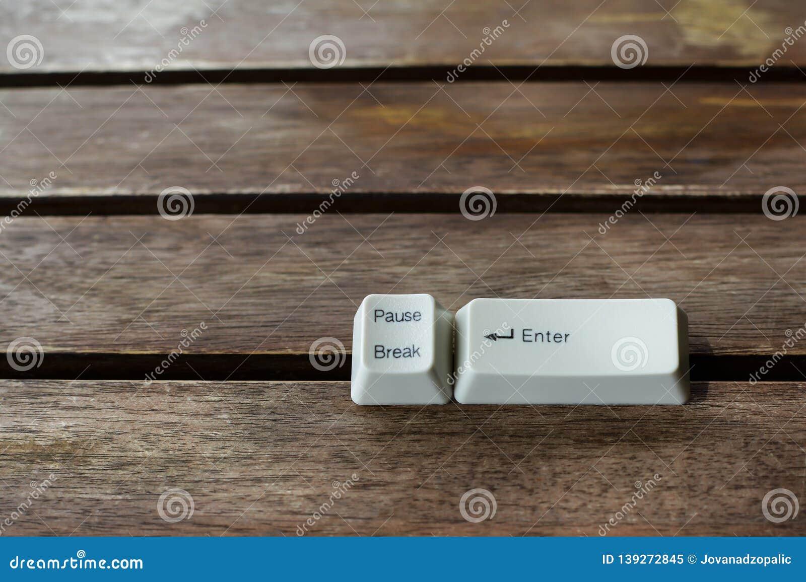 Tasto pausa bianco sulla tastiera in natura
