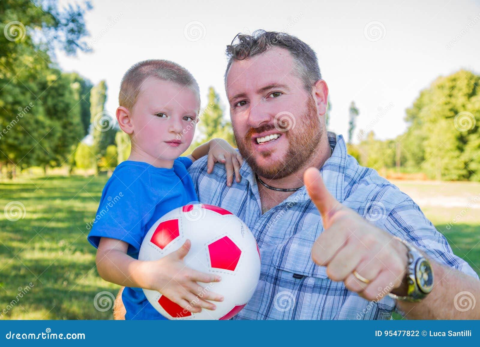 Tata i chłopiec sztuka z piłką