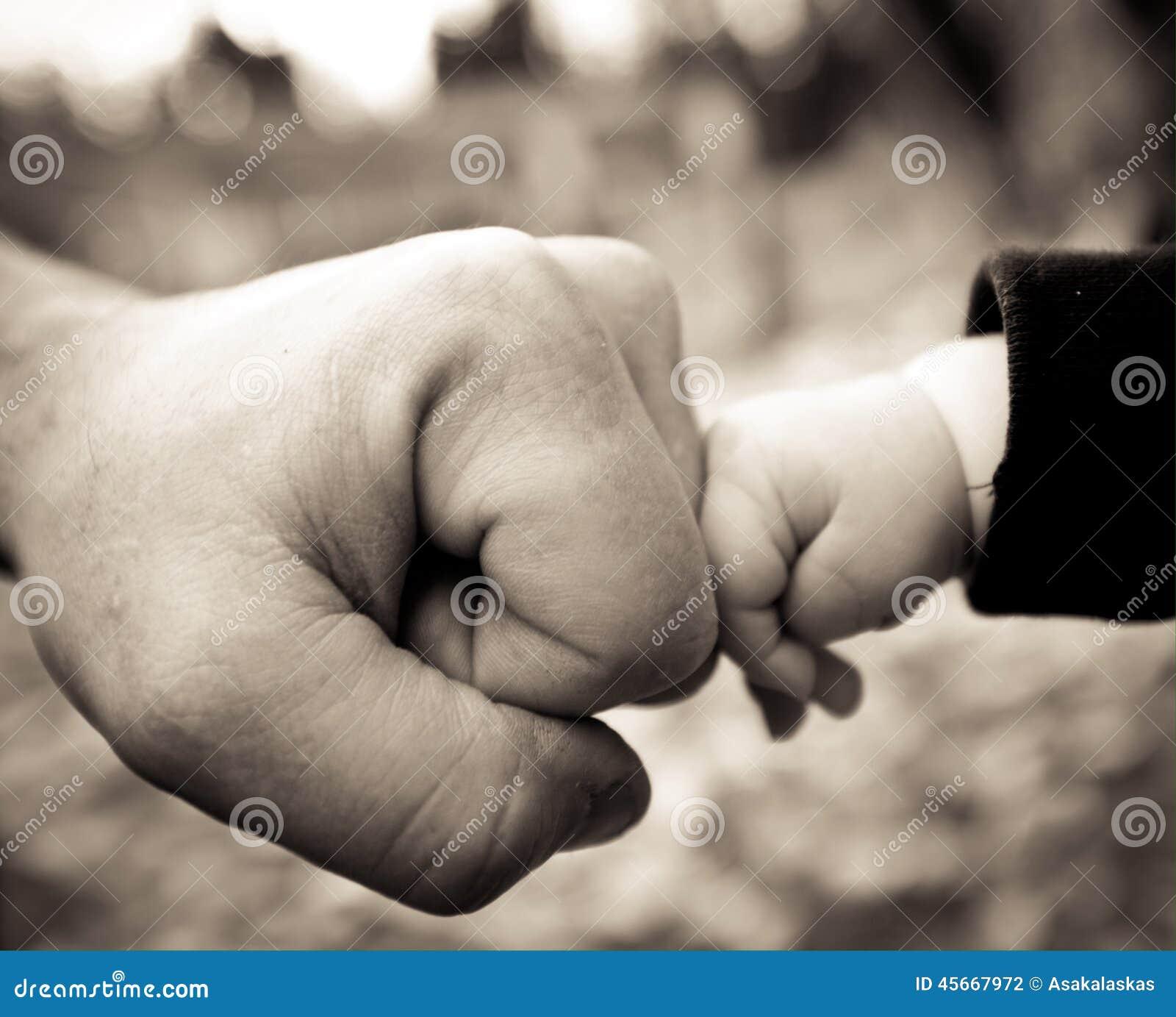 Tata i dziecka pięści garbek
