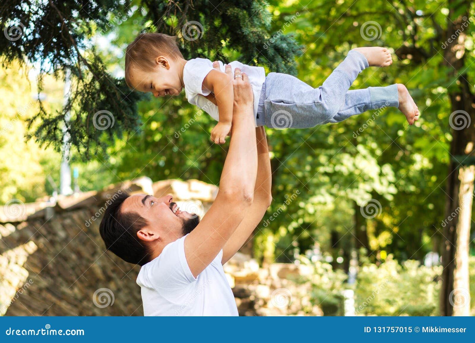 Tata i dziecko jesteśmy roześmiani Szczęśliwy