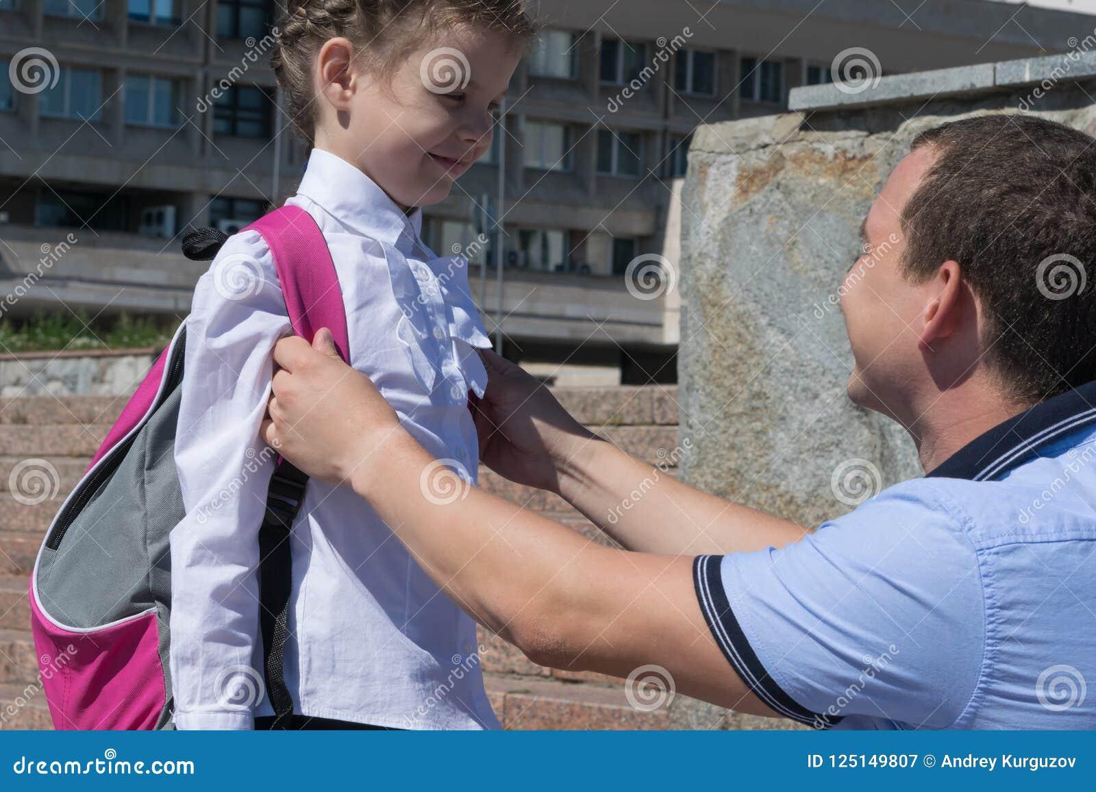 Tata mówi jego córce jak dobry przy szkołą, one uśmiechają się