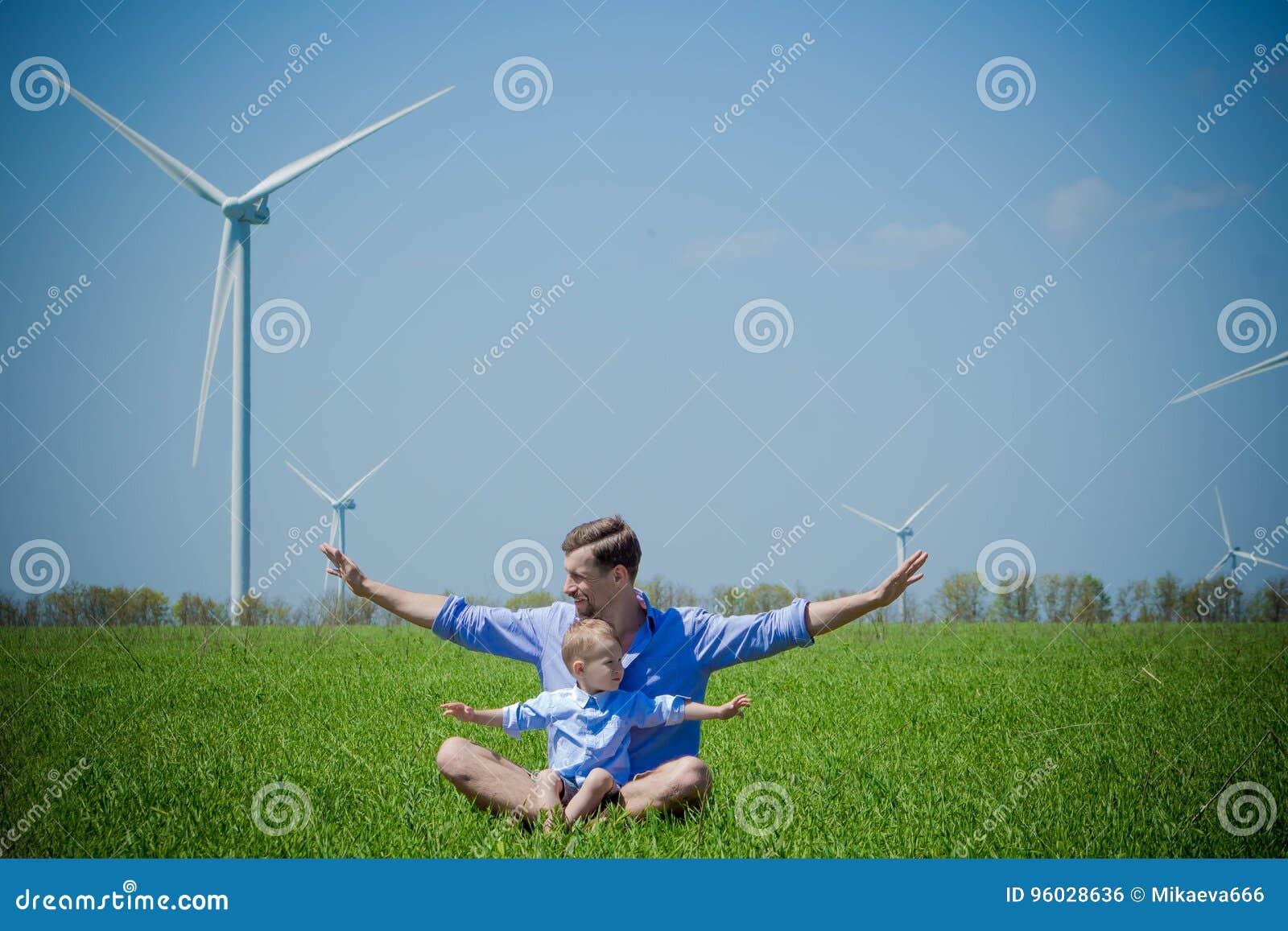 Tata mówi jego młodego syna o wiatrowych generatorach