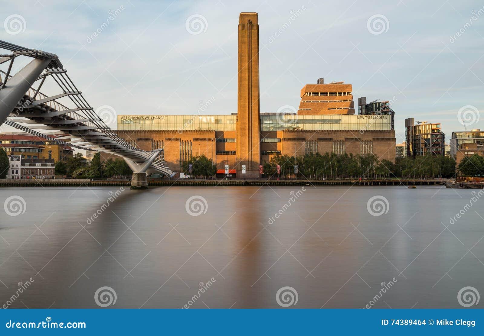 Tate Modern e ponte do milênio na manhã