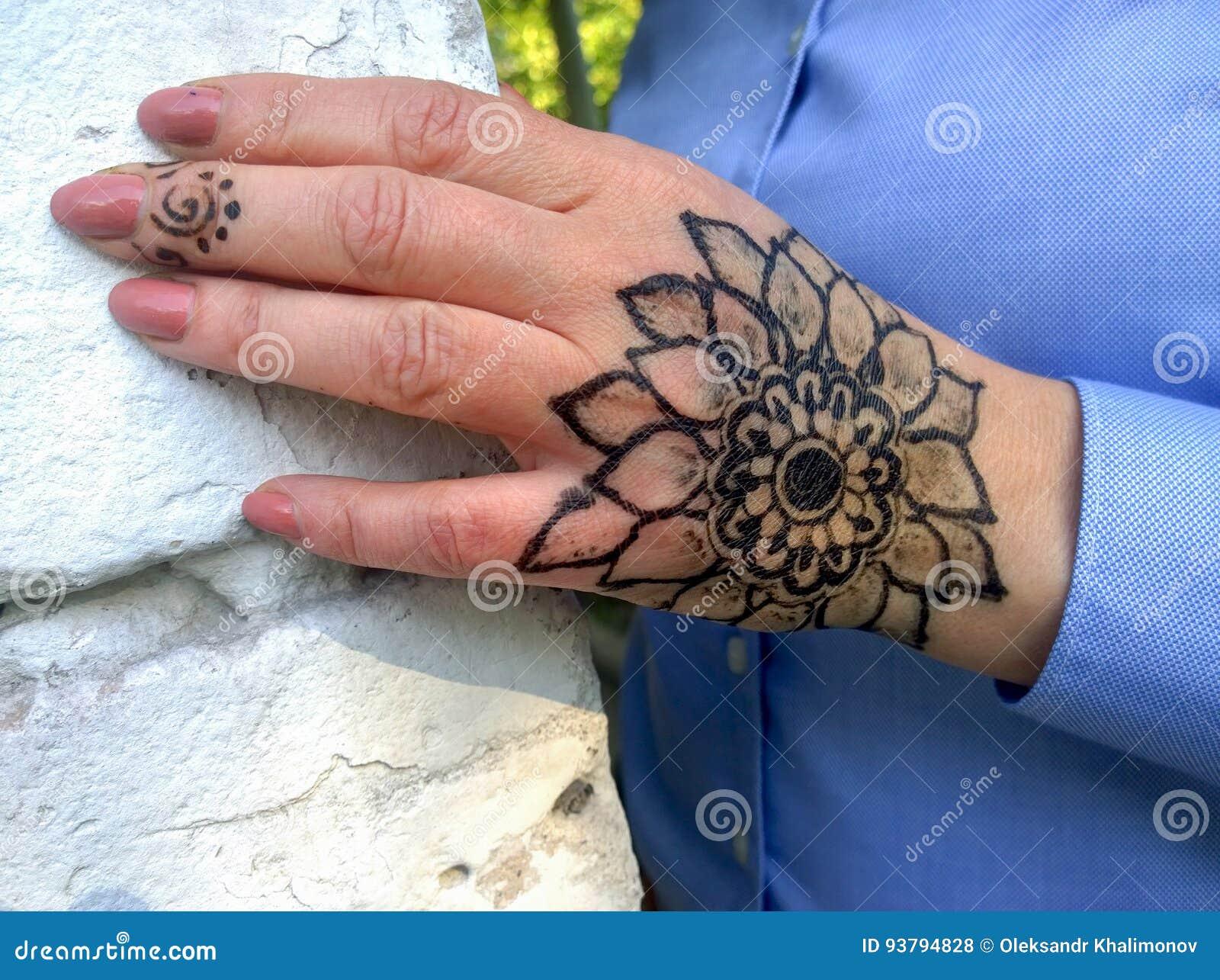 Tatouage Sous Forme De Fleur Sur Une Main Du S De Femme Photo