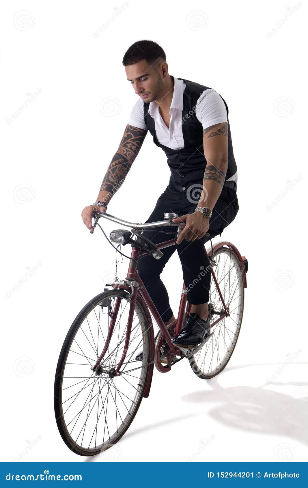 Tattoed elegant personenvervoer zijn fiets in istudio