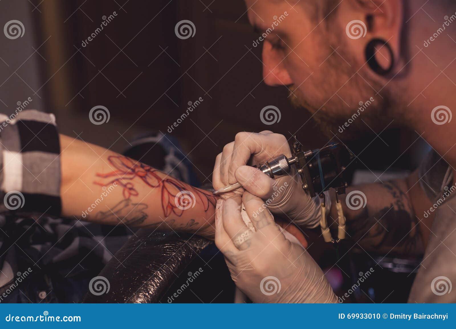 Tatuażu Artysty Pracy W Salonie Zdjęcie Stock Obraz