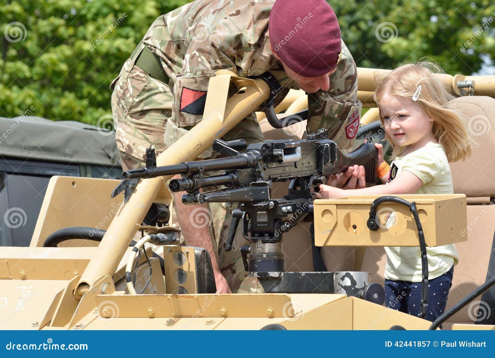 Tatuaje COLCHESTER ESSEX 8 de julio de 2014 BRITÁNICO militar: Pequeña muchacha que es mostrada el arma