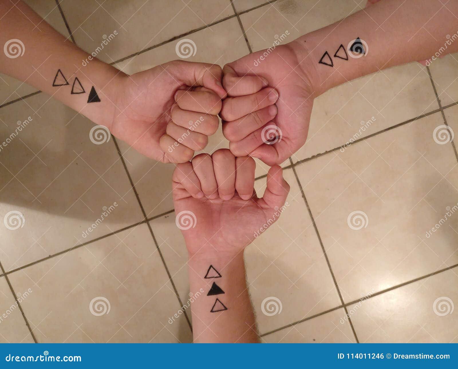 Tatuajes De La Amistad Entre Tres Amigos Foto De Archivo Imagen De