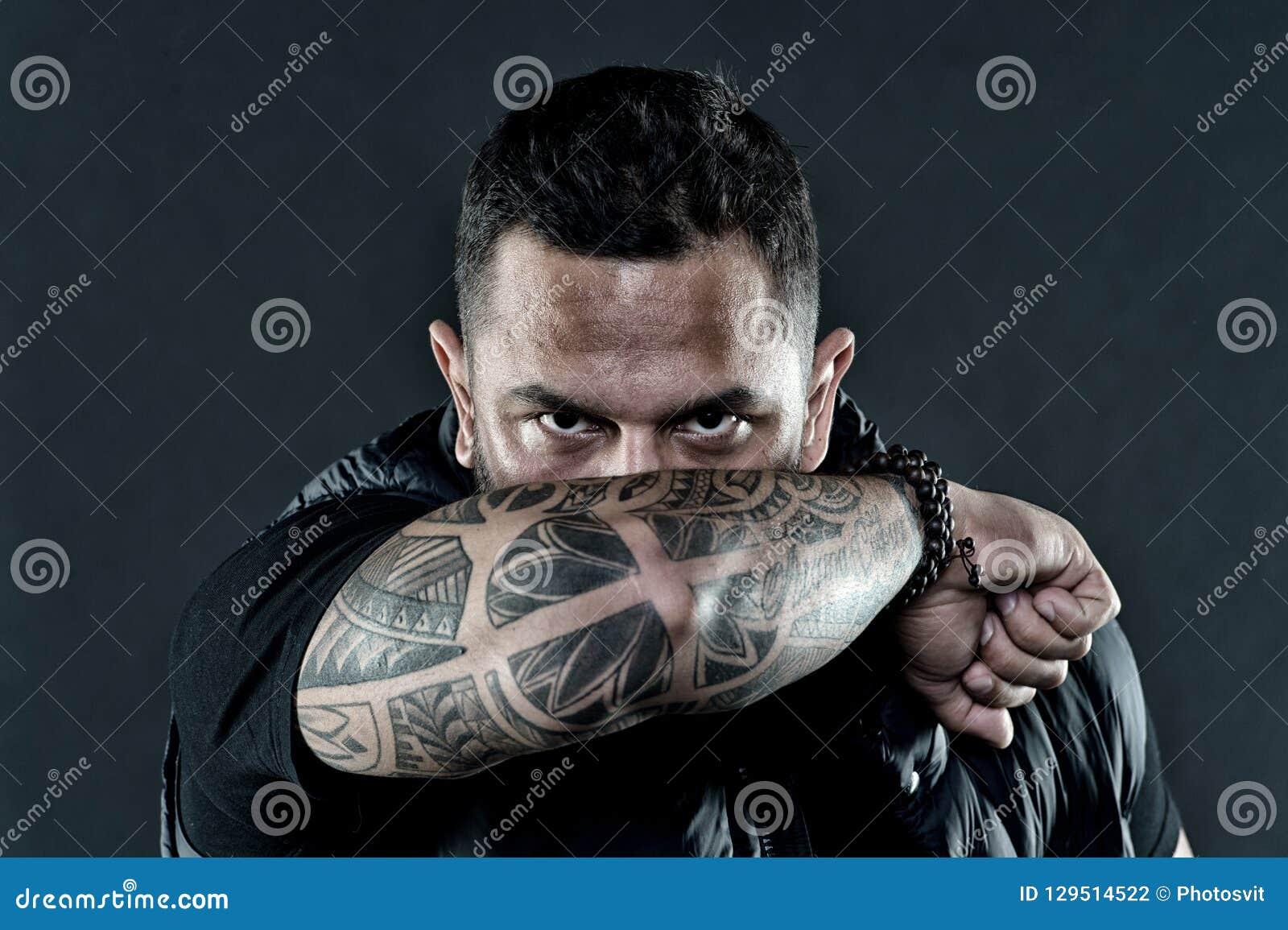 Tatuerad bakgrund för mörker för framsida för armbågeskinn manlig Visuellt kulturbegrepp Tatueringen kan fungera som tecken av fö