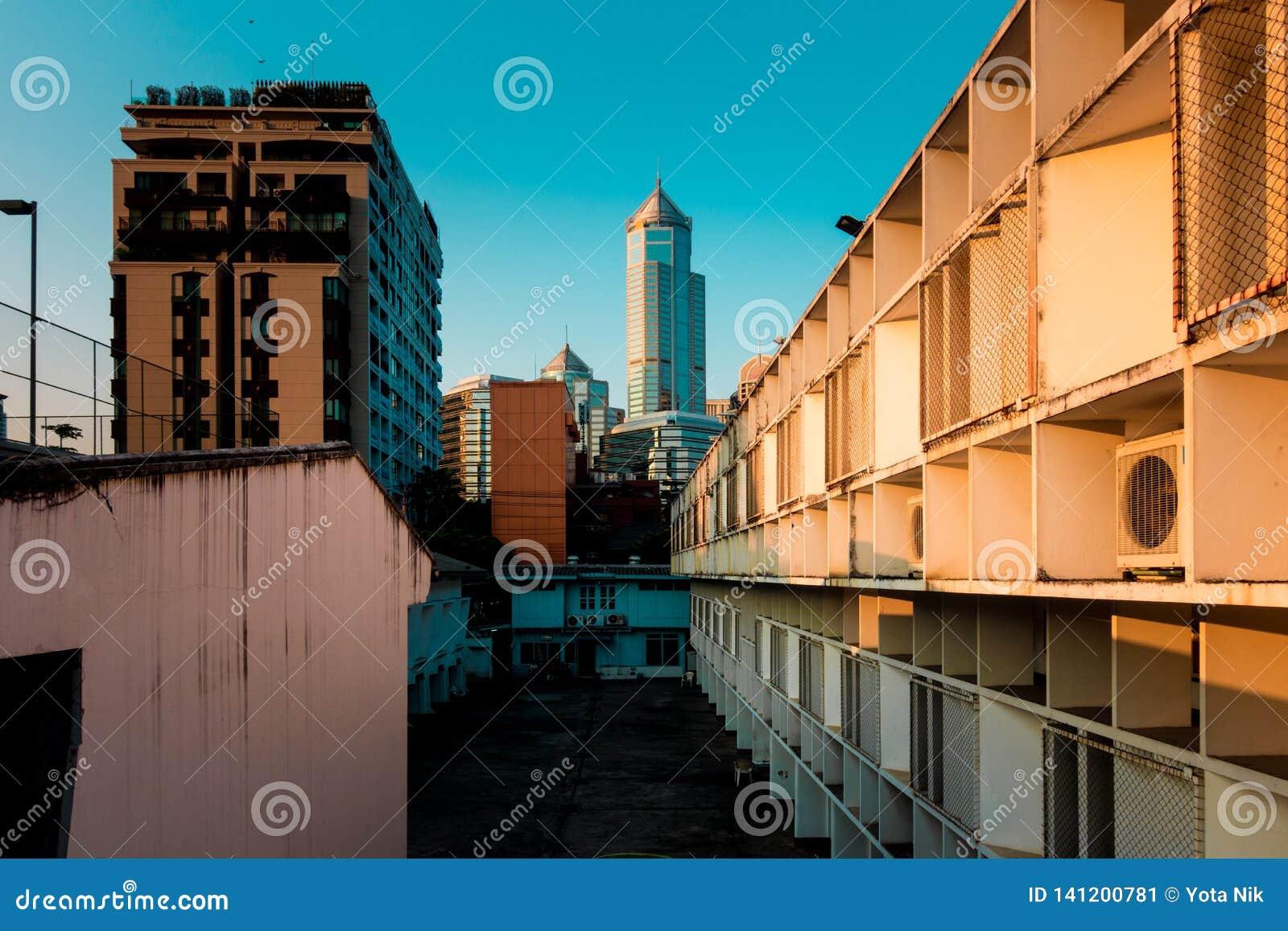 Taudis de bâtiment de residentail de densité de Bangkok avec le bureau de luxe