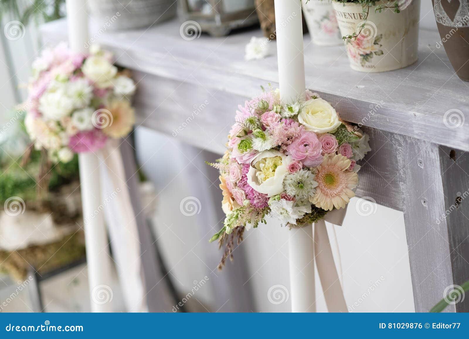 Taufkerzen Mit Blumengesteck Stockfoto Bild Von Pink