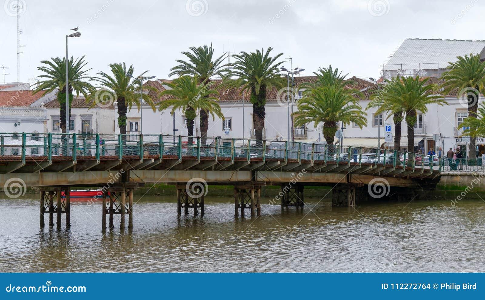 TAVIRA, ALGARVE/PORTUGAL DEL SUD - 8 MARZO: Ponte sopra il Ri