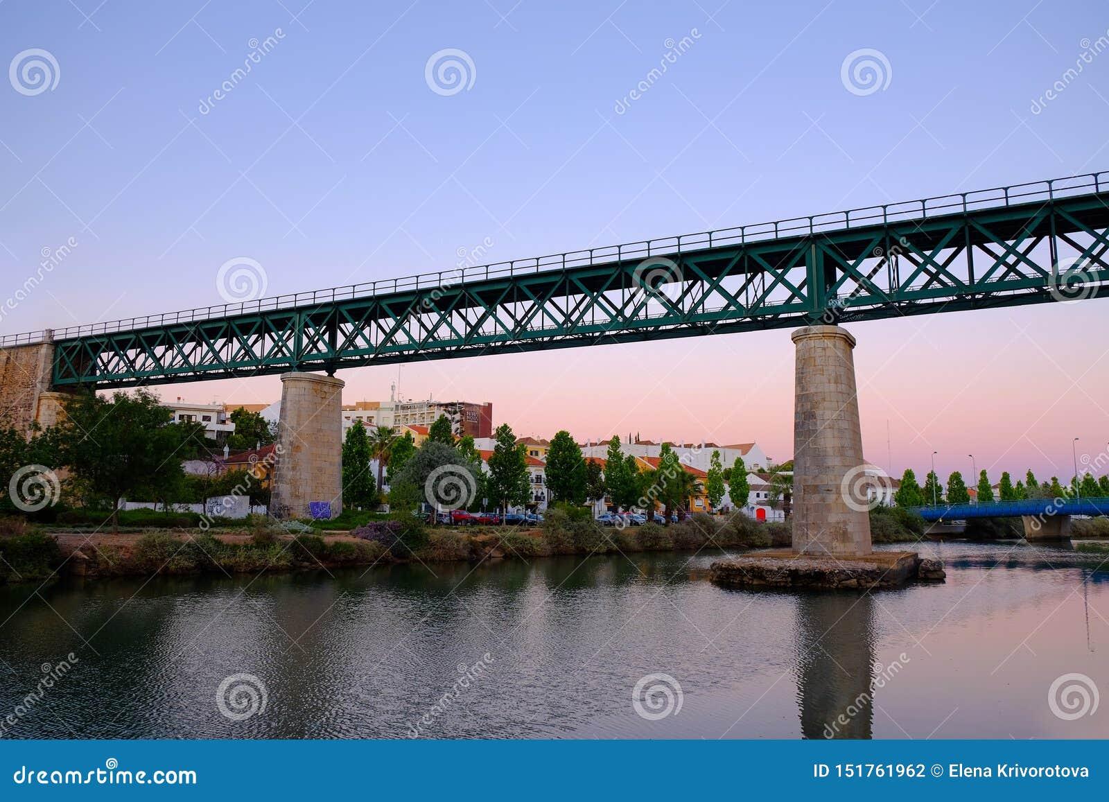 TAVIRA, ALGARVE, PORTUGAL - L AMI 25, 2019 : Vue sur le pont en fer en Tavira et rivière Gilao
