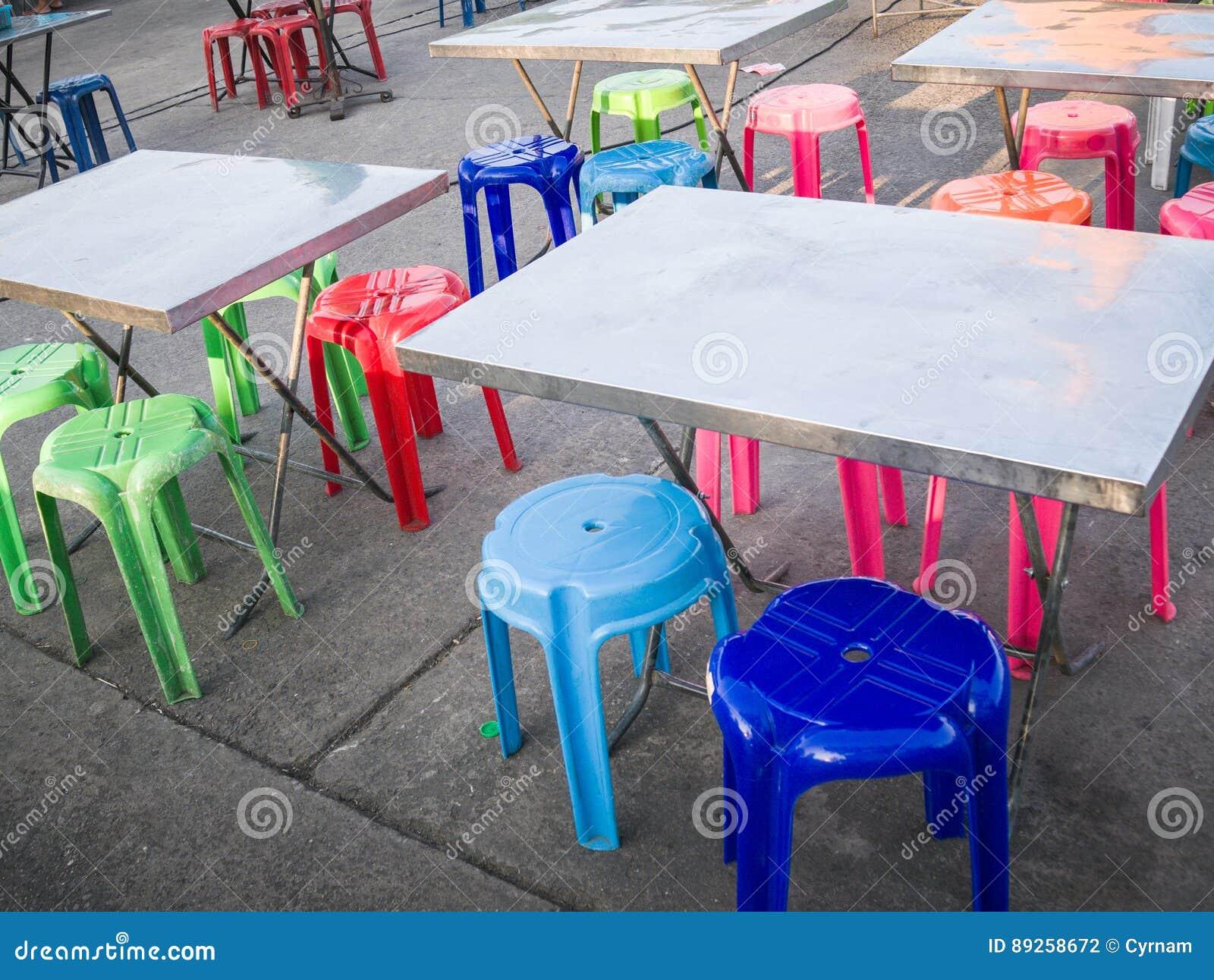 Sedie In Metallo E Plastica : Tavola all aperto del metallo e sedia di plastica colorata scena