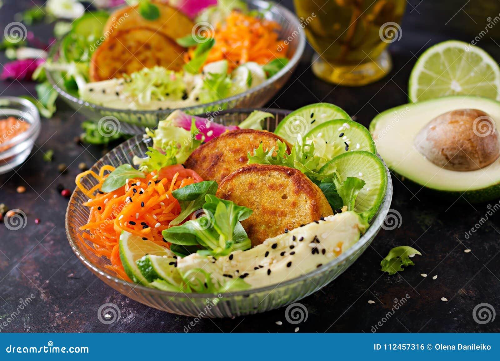Tavola dell alimento della cena della ciotola di Buddha del vegano Ciotola sana del pranzo del vegano Frittella con le lenticchie