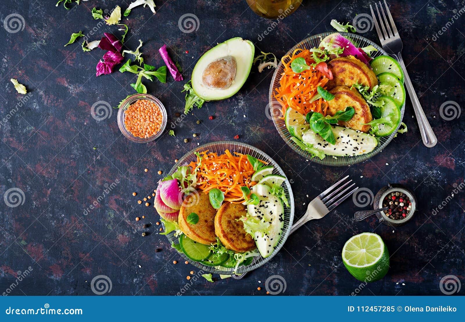 Tavola dell alimento della cena della ciotola di Buddha del vegano Alimento sano Ciotola sana del pranzo del vegano Frittella con