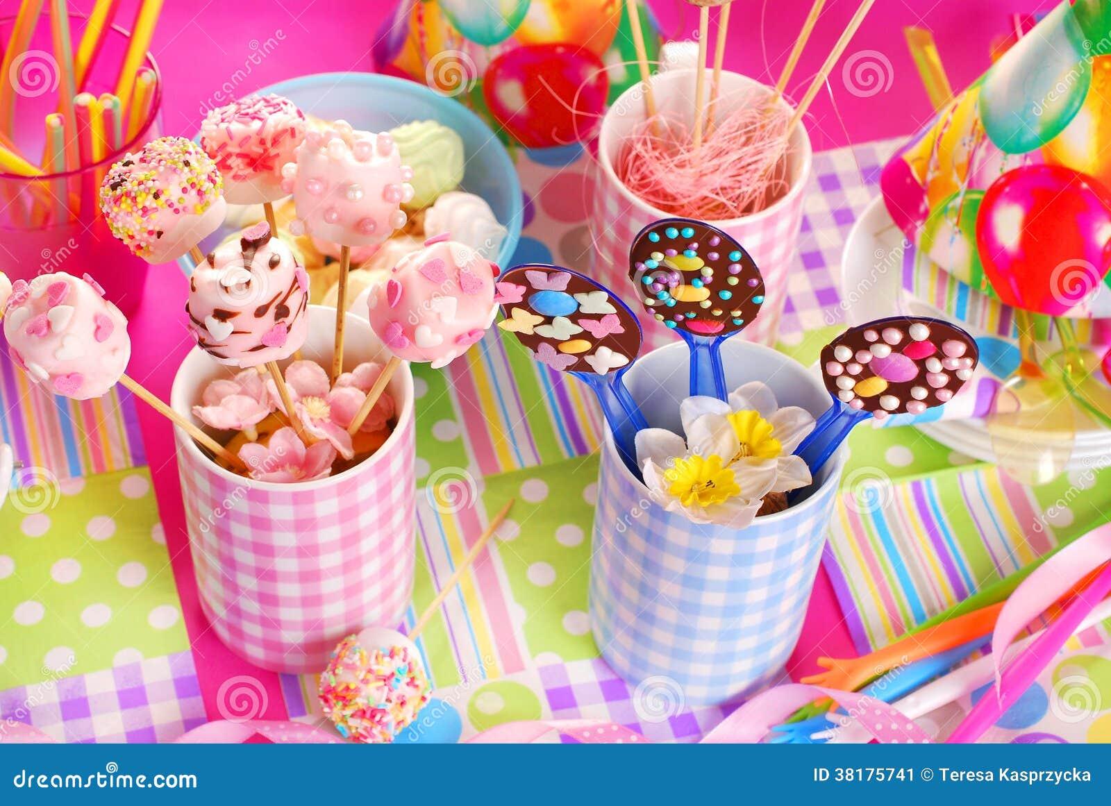 Eccezionale Tavola Della Festa Di Compleanno Con I Dolci Per I Bambini  SN44