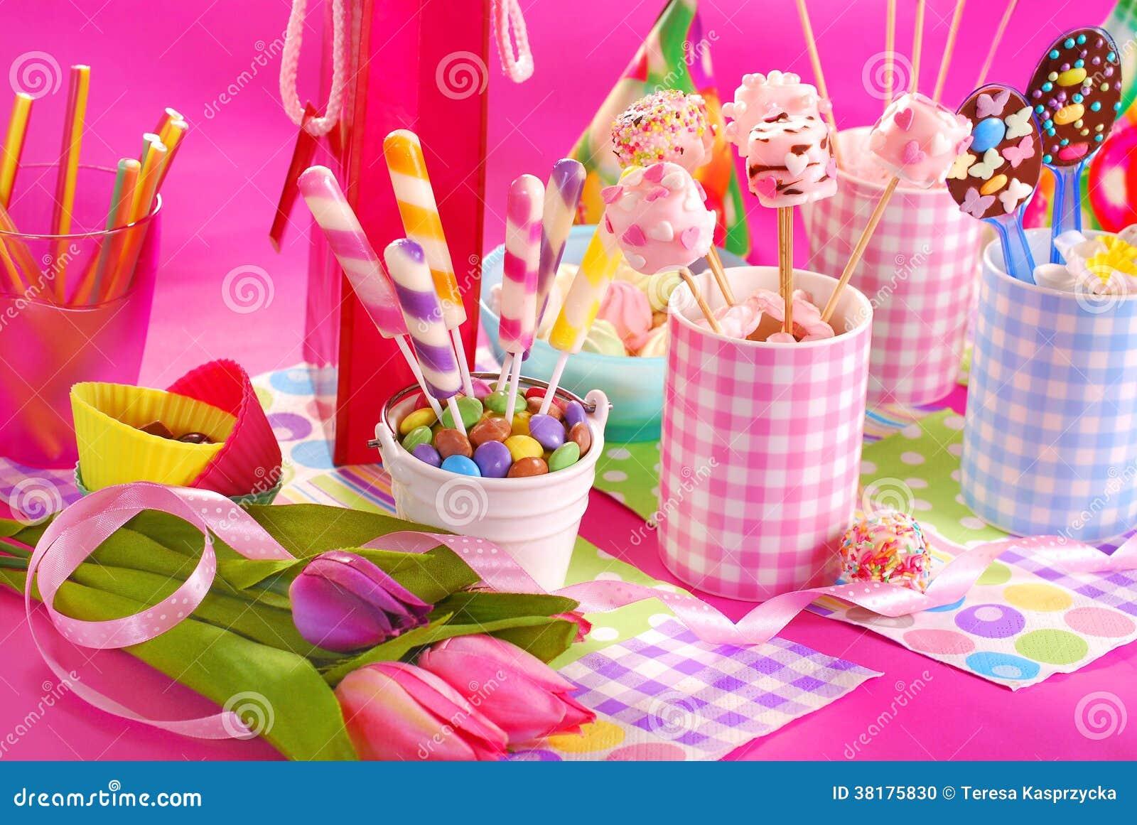 Popolare Tavola Della Festa Di Compleanno Con I Fiori Ed I Dolci Per I  JS46
