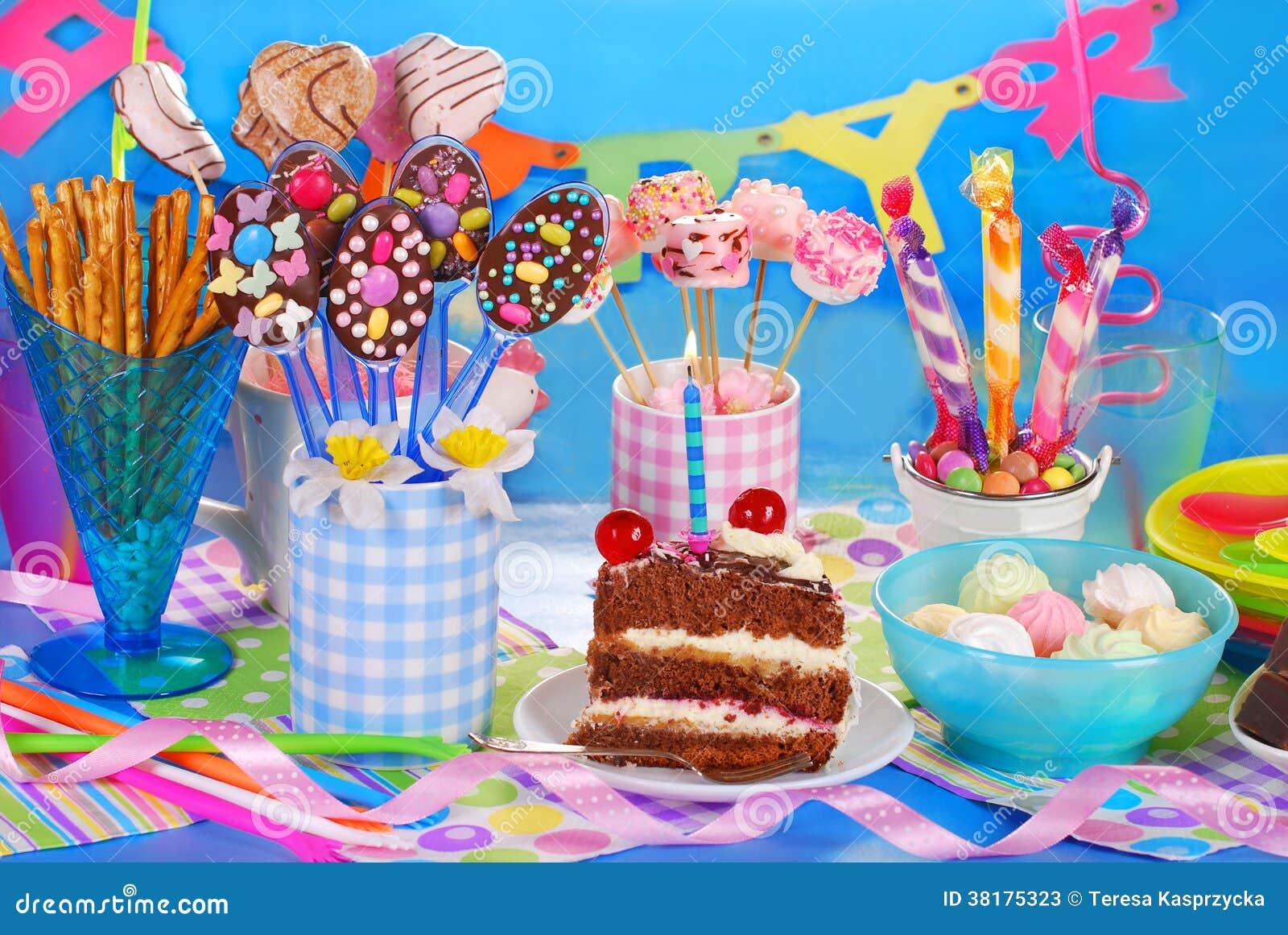 Estremamente Tavola Della Festa Di Compleanno Con Il Torte Ed I Dolci Per I  SF57