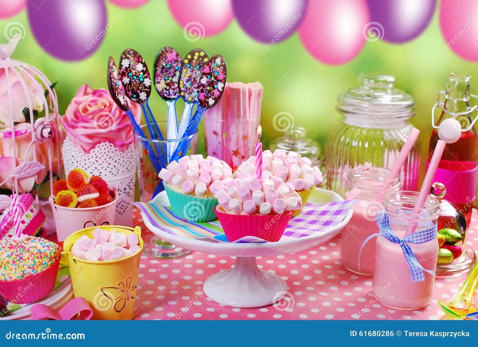 Tavolo Compleanno Bambina : Tavola della festa di compleanno per i bambini fotografia stock