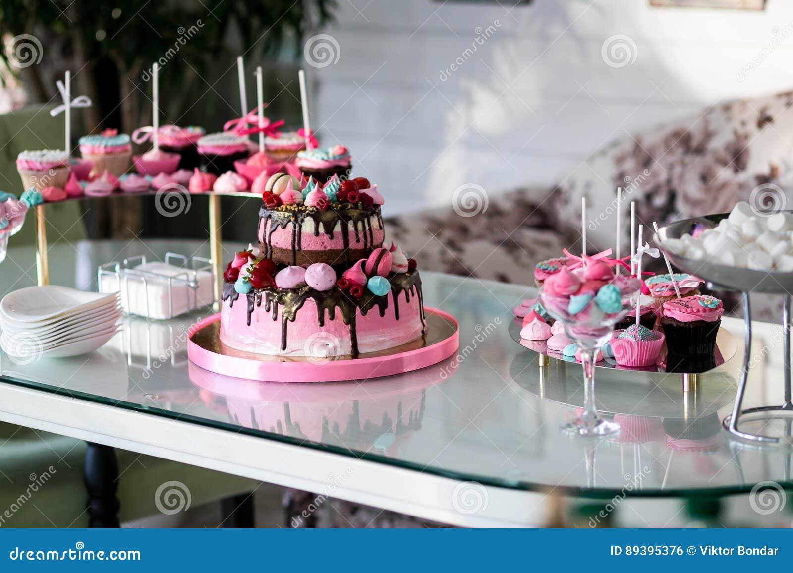 Tavolo Compleanno Bambina : Tavola di banchetto per un banchetto in un ristorante il dolce rosa