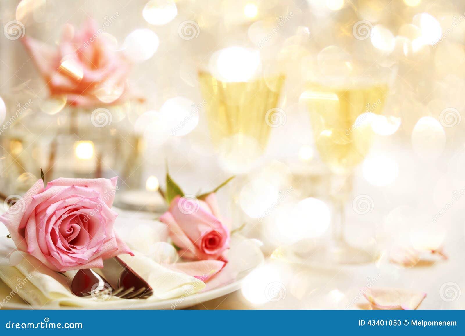 Tavola di cena con le belle rose rosa