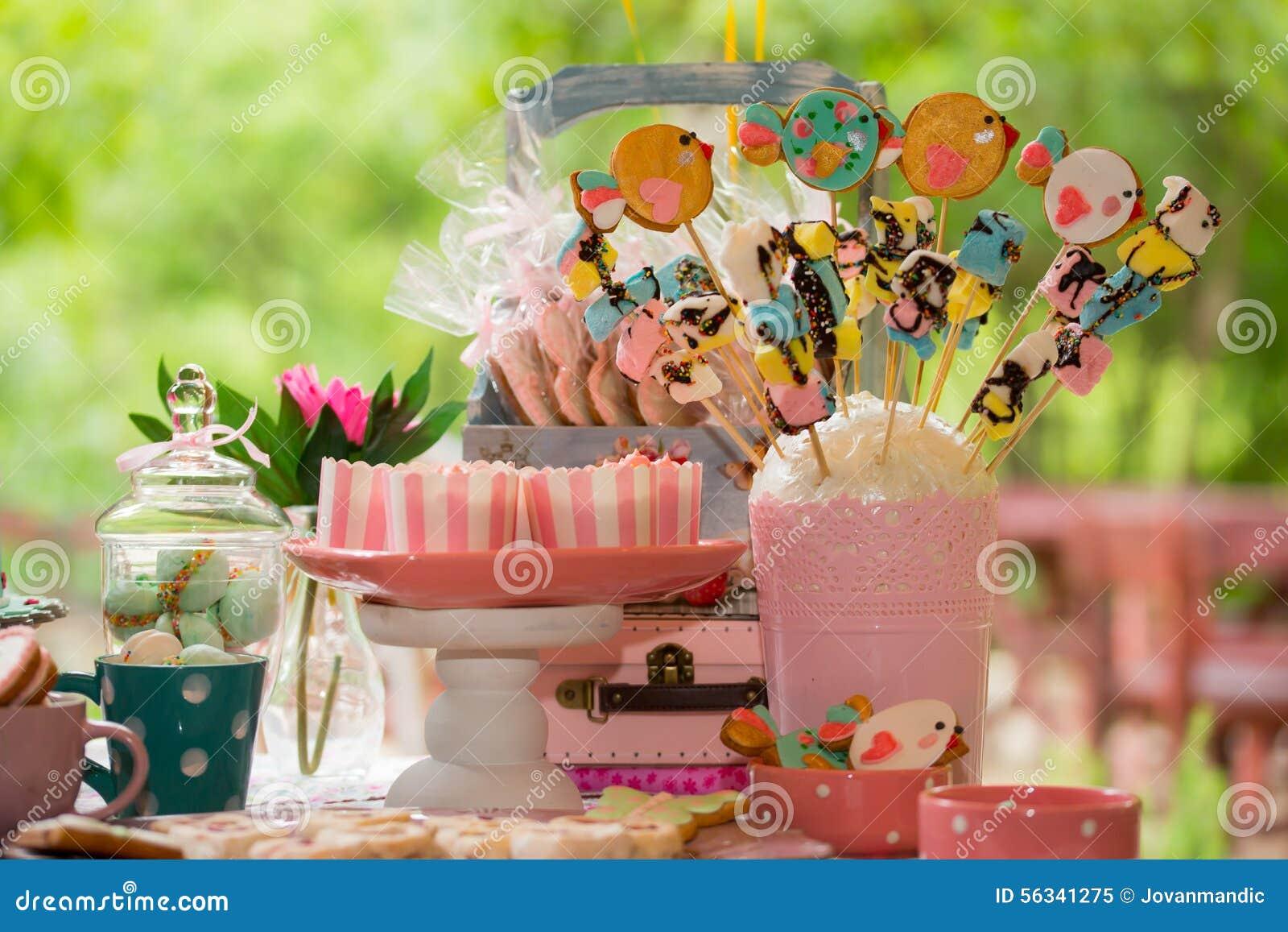 Tavolo Compleanno Bambini : Tavola di compleanno con i dolci per il partito dei bambini immagine