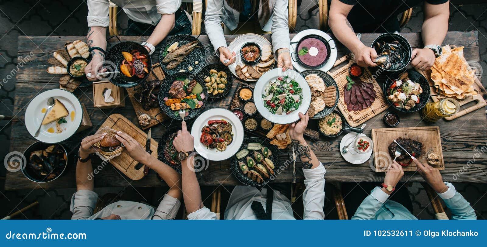 Tavola di legno con alimento, vista superiore