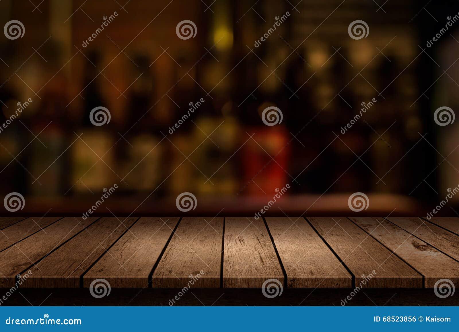 Tavola di legno con una vista della barra vaga delle bevande