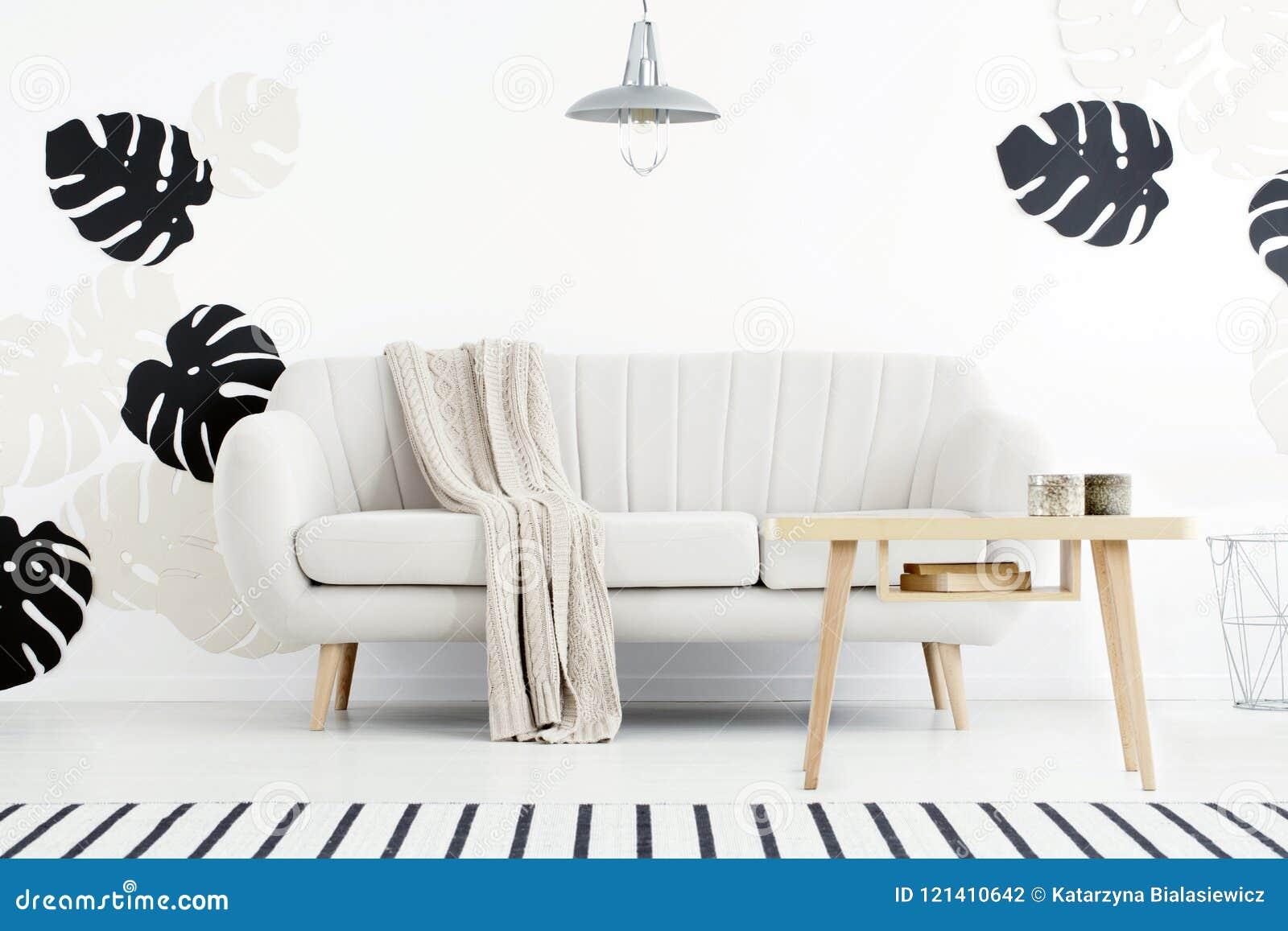 Dimensioni Tappeto Davanti Al Divano tavola di legno davanti al divano con la coperta in inter