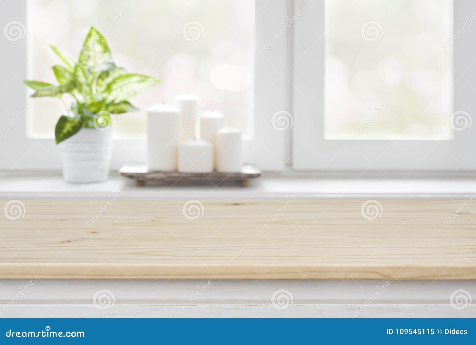 Davanzale Interno Della Finestra tavola di legno sopra il fondo vago del davanzale della