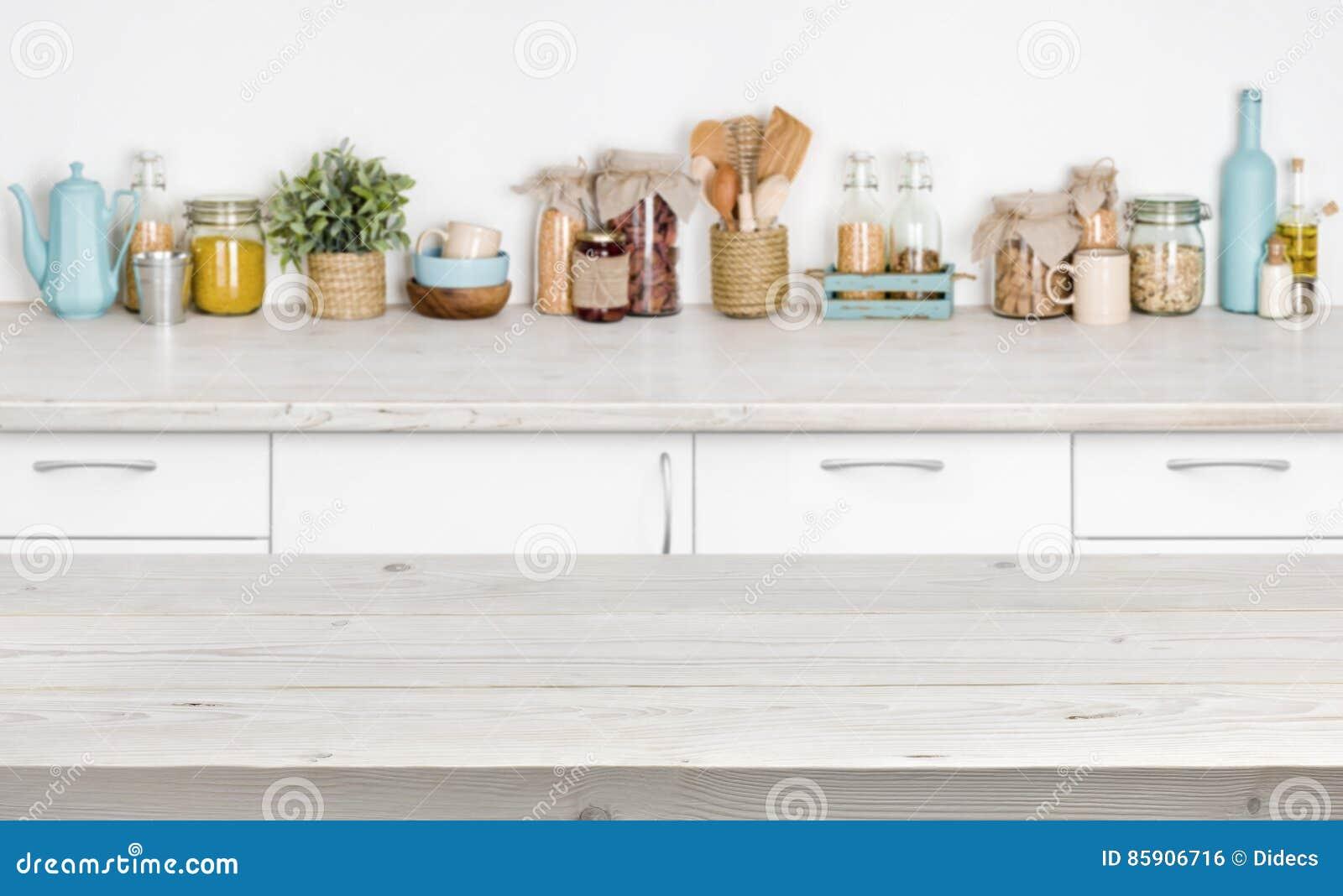 Tavola di legno sopra lo scaffale vago della mobilia della for Mobilia kitchen table