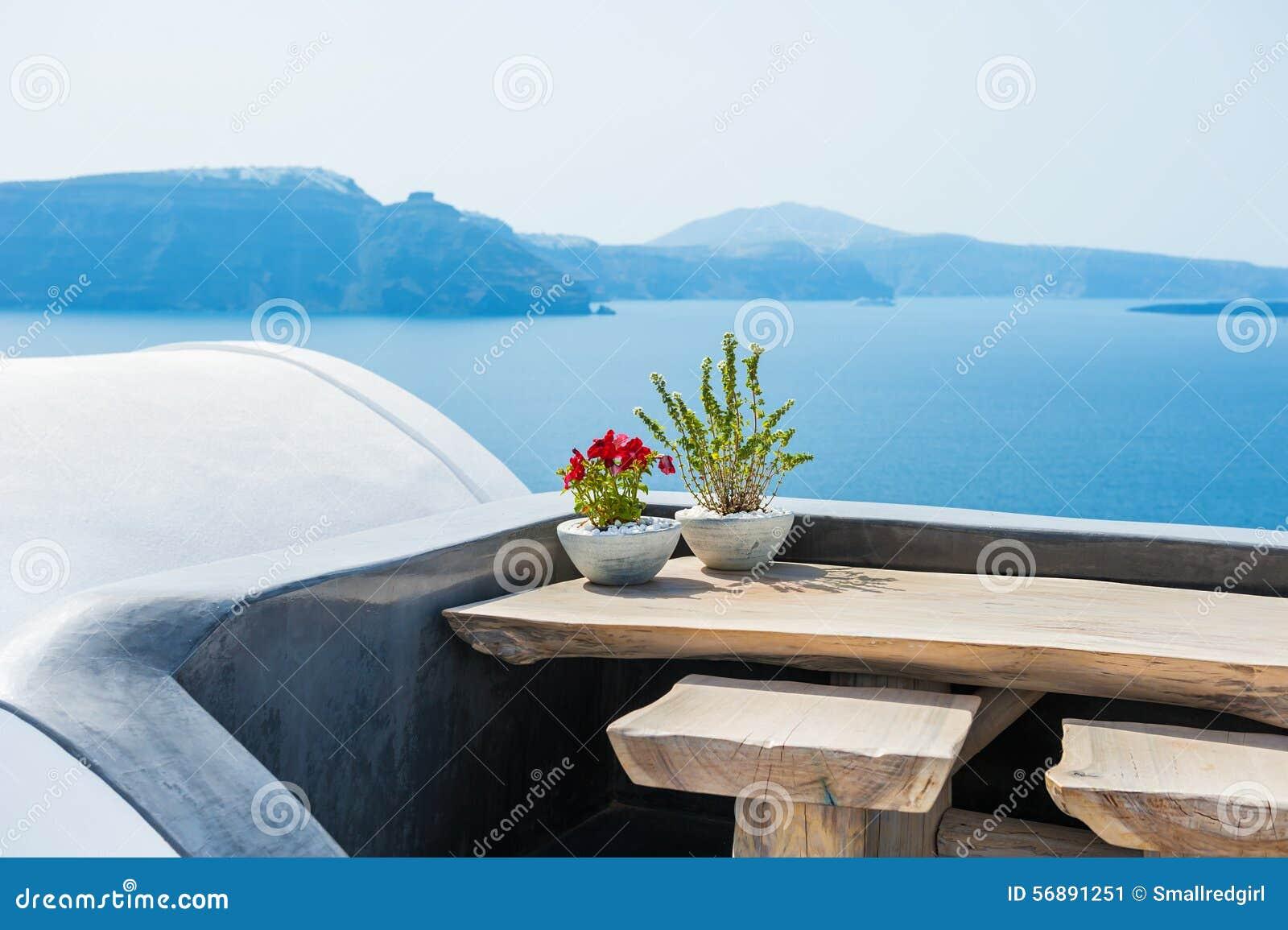 Tavola di legno sul terrazzo con la vista del mare
