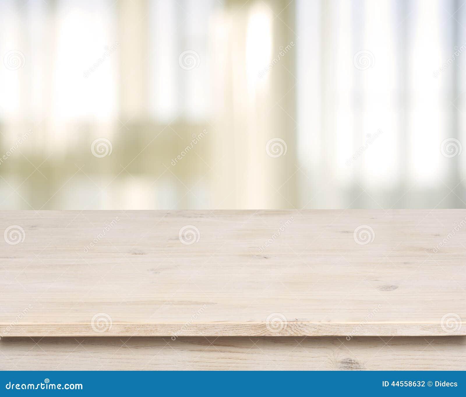 Tavola di legno sulla finestra defocuced con il fondo della tenda