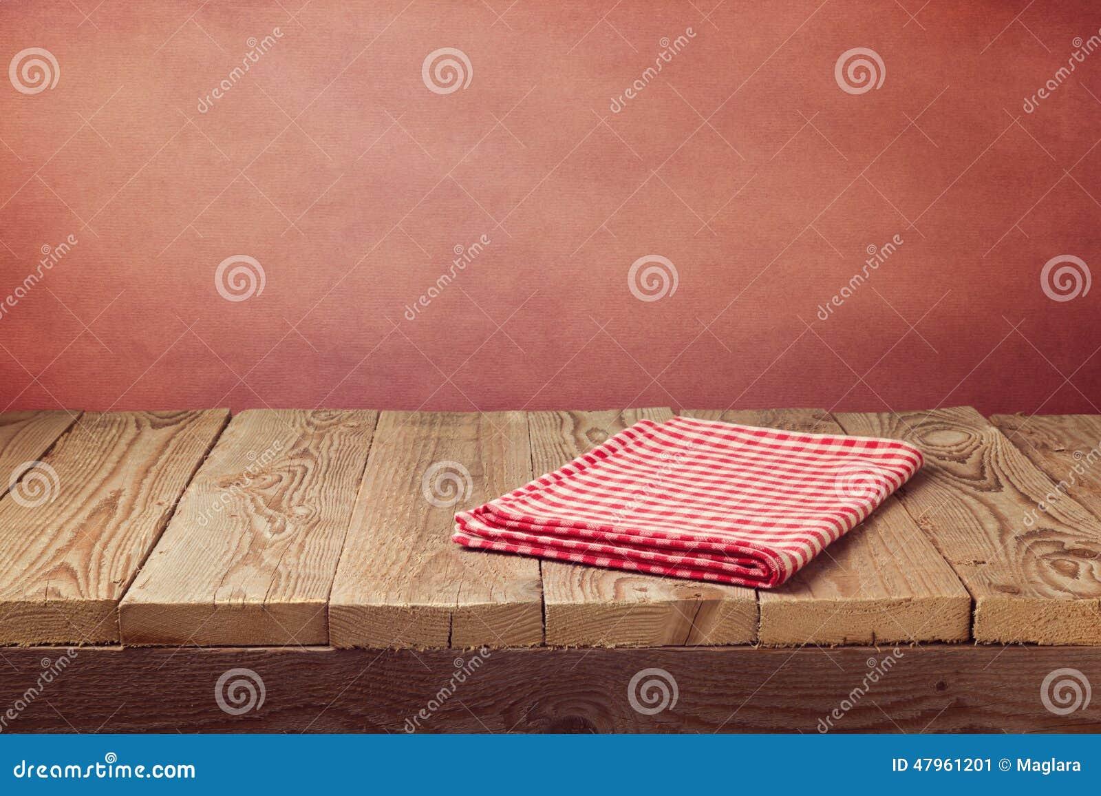 Tavola di legno vuota d annata della piattaforma con la tovaglia sopra il fondo di rosso di lerciume Perfezioni per l esposizione