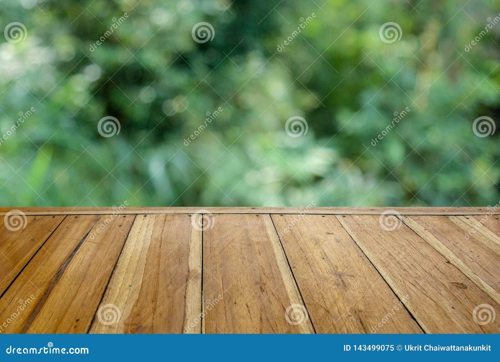 Tavola di legno vuota per il vostro prodotto ed offuscare sfondo naturale